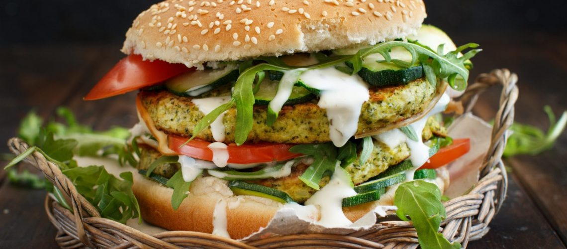 Burger mit Ruccola, Zucchini und Tomaten